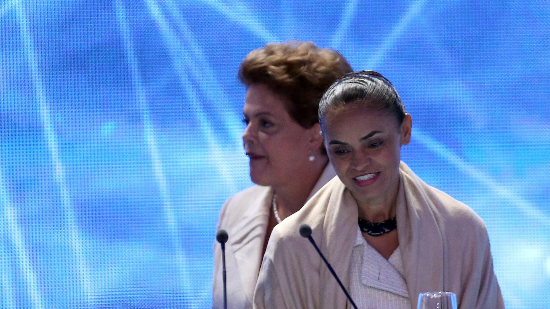 26.ago.2014 - A candidata à reeleição, Dilma Rousseff (PT), passa pela adversária Marina Silva (PSB) ao se posicionar no palco do primeiro debate entre os presidenciáveis, promovido pela TV Bandeirantes nesta terça-feira