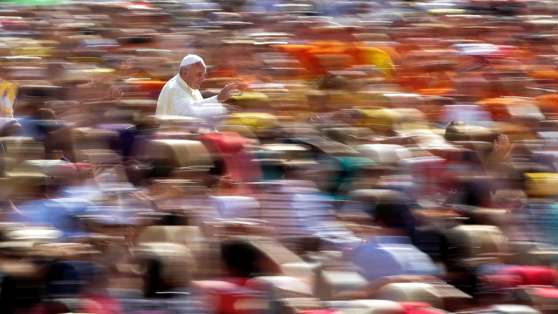 27.ago.2014 - Papa Francisco chega para sua audiência semanal na Praça de São Pedro, no Vaticano