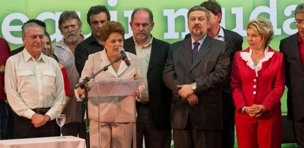 Militante petista, o ator José de Abreu (segundo da esquerda para a direita) esteve no palanque em que Dilma Rousseff comemorou a vitória na eleição presidencial de 2010; ele deve repetir o apoio neste ano