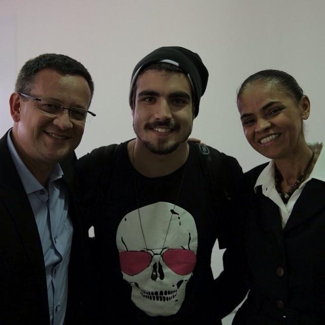 A chapa do PSB com Beto Albuquerque e Marina Silva tem o apoio do ator Caio Castro (centro), que até posou para foto com eles