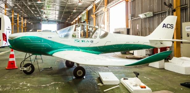 Chamado de SORA-e, ele foi desenvolvido pela empresa ACS Aviation, de São José dos Campos (SP), baseado em um avião esportivo acrobático para duas pessoas, o ACS-100 SORA.