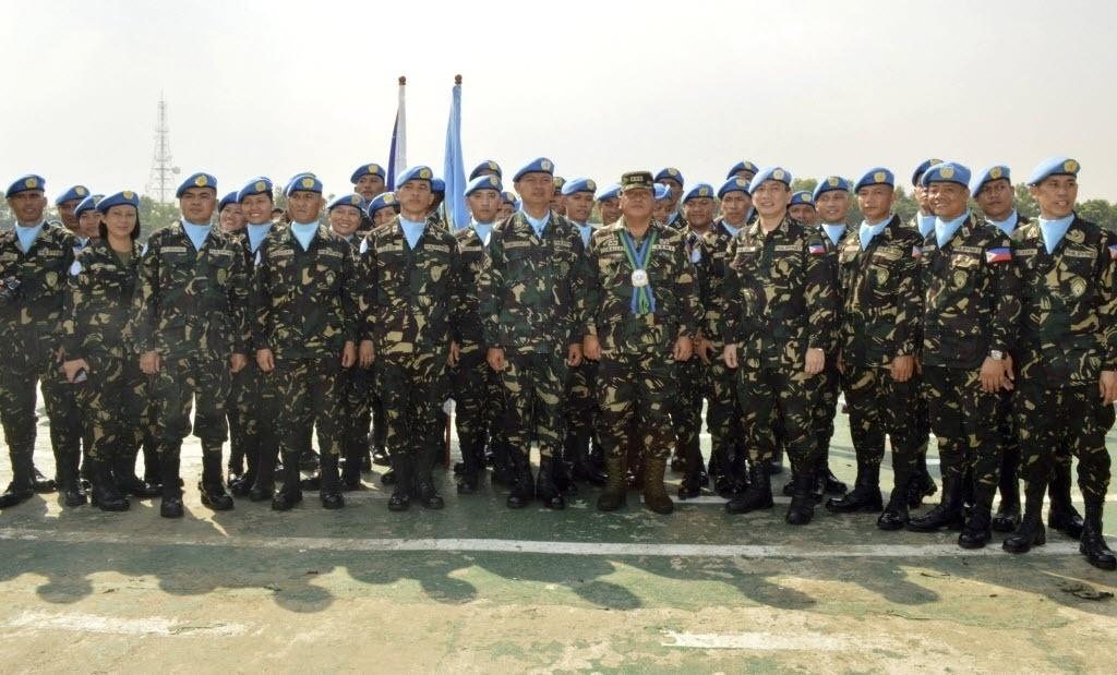 28.ago.2014 - Oficiais das Forças Armadas das Filipinas, que serão enviados para as Colinas de Golã (entre a Síria e Israel), posam para foto antes da cerimônia de despedida no quartel em Taguig, ao sul de Manila. O local foi tomado por rebeldes sírios. Cerca de 80 soldados da ONU das Filipinas, pertencentes a unidade que monitora a zona neutra entre Israel e a Síria desde a guerra árabe-israelense de 1973, continuam em dois acampamentos do lado sírio da fronteira. A foto, que foi divulgada nesta sexta-feira (29), foi tirada na quinta-feira
