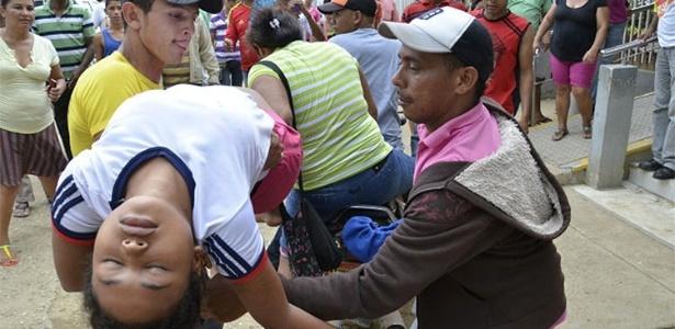As autoridades colombianas de saúde estão analisando o que teria causado o desmaio de mais de 200 meninas na cidade de El Carmen de Bolivar. Desde o dia 21 de março, meninas desmaiam sem causa aparente e são levadas ao Hospital Nuestra Señora del Carmen, que não conseguiu apontar uma causa