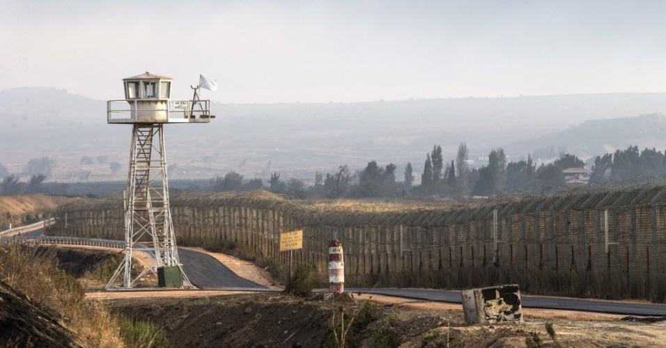 29.ago.2014 - Na imagem, área fronteiriça das colinas do Golã, região síria ocupada por Israel desde a Guerra dos Seis Dias, em 1967. Rebeldes sírios da Al Nusra, ligados à Al Qaeda, tomaram a vila de Quneitra e capturaram 49 soldados das forças de paz da ONU