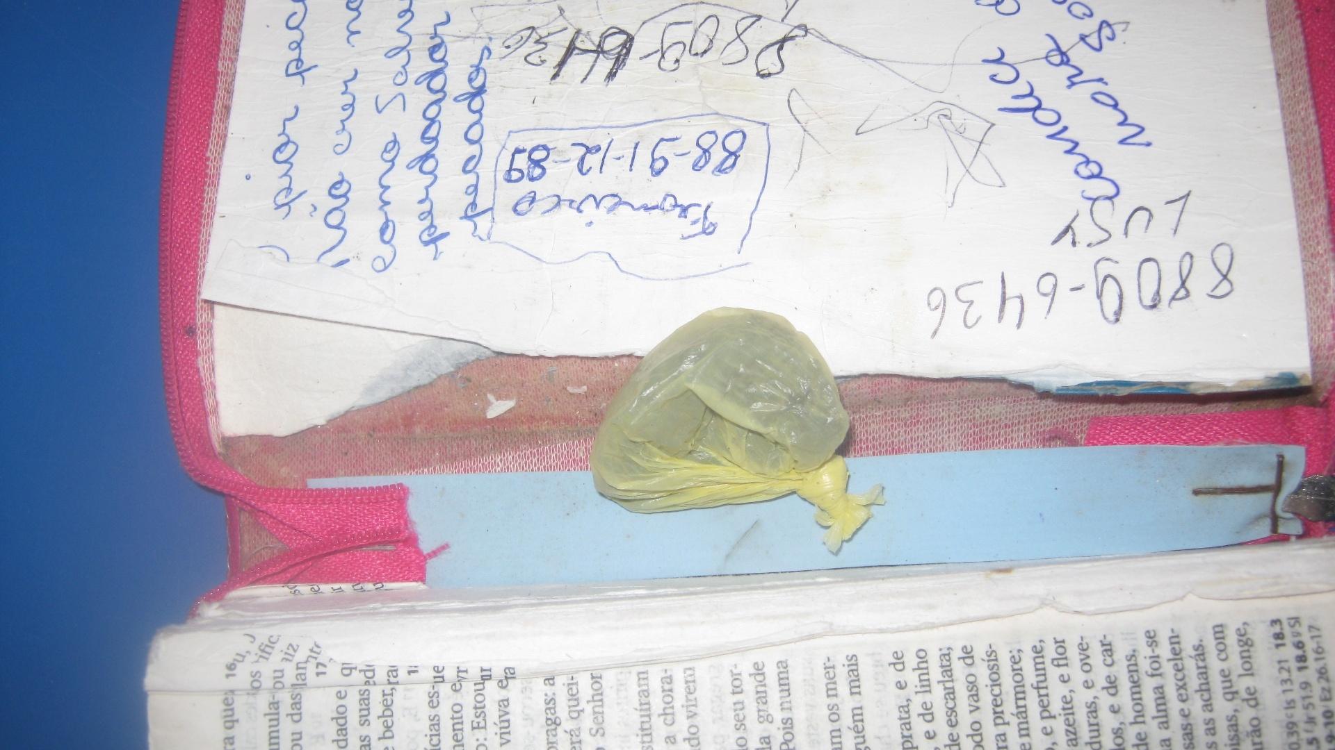 29.ago.2014 - Em uma vistoria em presídio de Natal (RN), foram encontradas três bíblias recheadas de maconha. A inspeção ocorreu no CDP (Centro de Detenção Provisória) da Ribeira, localizado na zona leste de Natal. A droga era escondida entre a capa e as páginas das bíblias, que eram fechadas com um zíper para que os agentes penitenciários não desconfiassem. Também foram apreendidos diversos aparelhos de telefone celular, chips e carregadores. A Coape (Coordenadoria de Administração Penitenciária) instaurou inquérito para descobrir como o material apreendido entrou na unidade prisional
