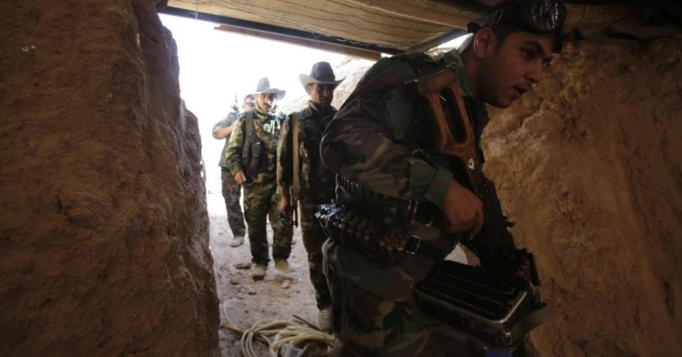 29.ago.2014 - Soldados curdos são fotografados em posto de observação em linha de batalha no distrito de Baquba, no Iraque