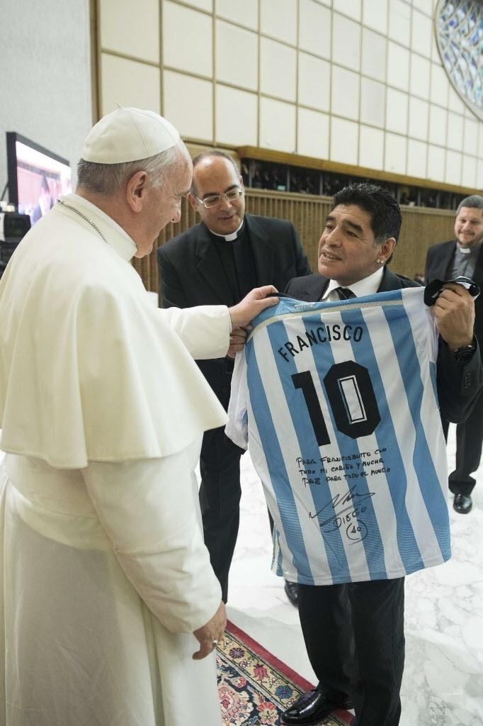 1º.ago.2014 - O ex-jogador de futebol Diego Armando Maradona entrega uma camisa da seleção da Argentina ao papa Francisco, em encontro no Vaticano, nesta segunda-feira (1º). O papa recebeu os participantes do