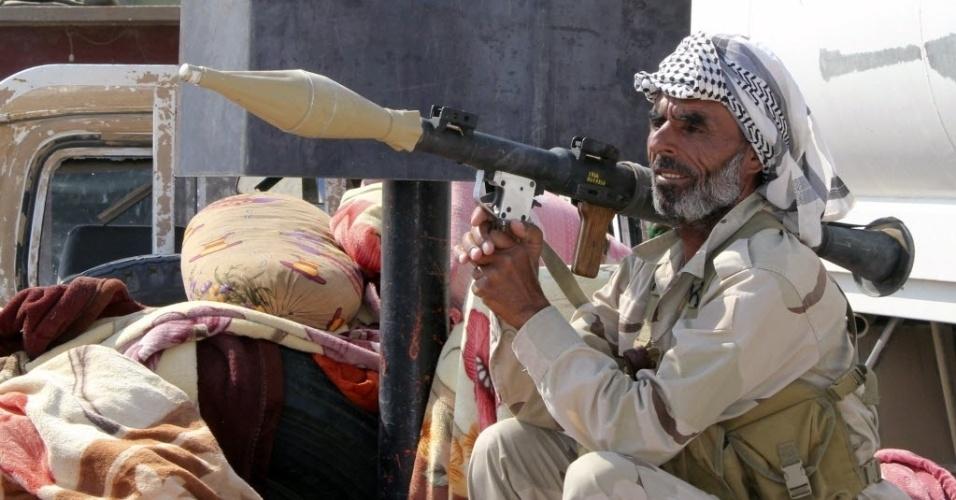 1°.set.2014 - Combatente xiita segura um morteiro em posto de guarda após o exército curdo e a mílicia  Asaib Ahl al-Haq tomarem o controle da cidade iraquiana de Amerli, que estava nas mãos dos jihadistas do Estado Islâmico (EI)
