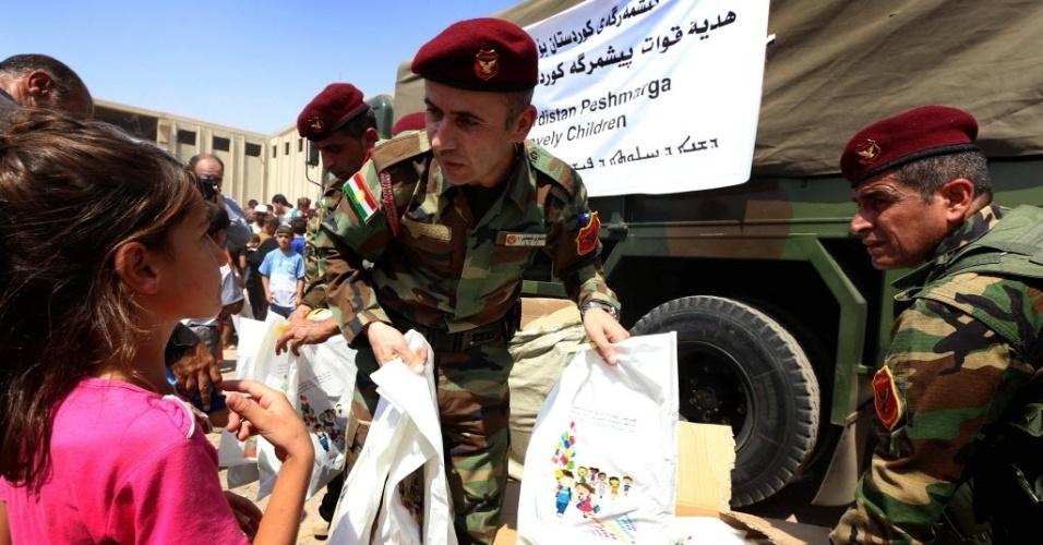 1°.set.2014 - Soldados curdos distribuem presentes para as crianças refugiadas no campo de Bahrka, que deixaram suas casas na cidade de Tal Afar, invadida violentamente pelos jihadistas do Estado Islâmico (EI)