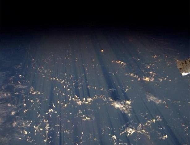 """31.ago.2014 - O astronauta Reid Wiseman, que está na ISS (Estação Espacial Internacional), compartilhou esta imagem da Terra no início da manhã de domingo. """"Nuvens fazem milhares de sombras na escuridão do espaço"""", escreveu Wiseman. Em operação desde novembro de 2000, a ISS consegue documentar características da Terra e proporciona uma excelente """"palco"""" para observar a área mais populosa do mundo"""