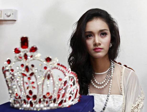 May Myat Noe, Miss Ásia-Pacífico 2014, posa junto com coroa que ganhou no certame