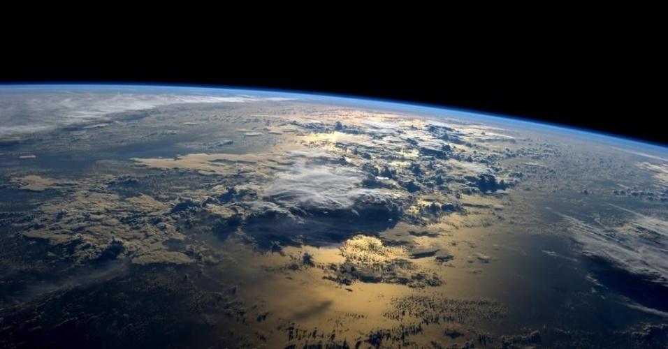 """2.set.2014 - O astronauta Reid Wiseman publicou esta foto da Terra da ISS (Estação Espacial Internacional). """"A minha posição favorita do espaço - apenas o nascer do Sol sobre o oceano"""", disse Wiseman. A tripulação da Expedição 40 tem estado ocupada a bordo da ISS realizando exames de saúde e atualizações de robôs humanoides. Enquanto isso, um trio de residentes orbitais está arrumando engrenagem para o retorno à casa"""