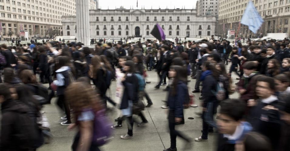 03.set.2014 - Estudantes chilenos marcham em Santiago durante protesto para exigir do governo melhorias na educação. O sistema educacional tem sido alvo de protestos em massa desde 2011. Os manifestantes exigem uma educação pública, gratuita e de qualidade