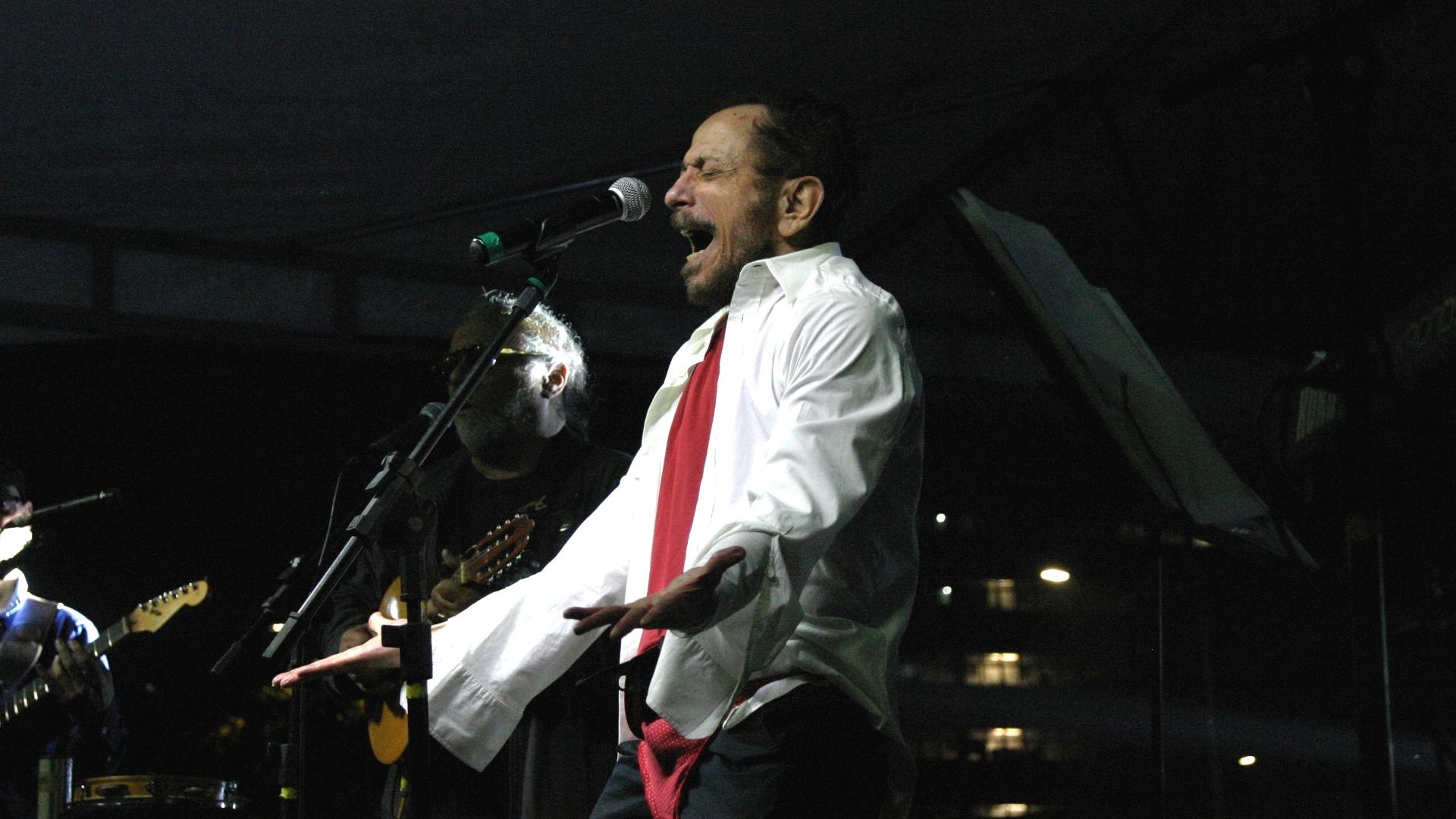 2.set.2014 - Tom Zé se apresenta na praça do Relógio, na USP, em São Paulo, na noite desta terça-feira (2), durante evento realizado por professores, alunos e funcionários para debater a crise na universidade, e batizado de 'Ato SOS USP'