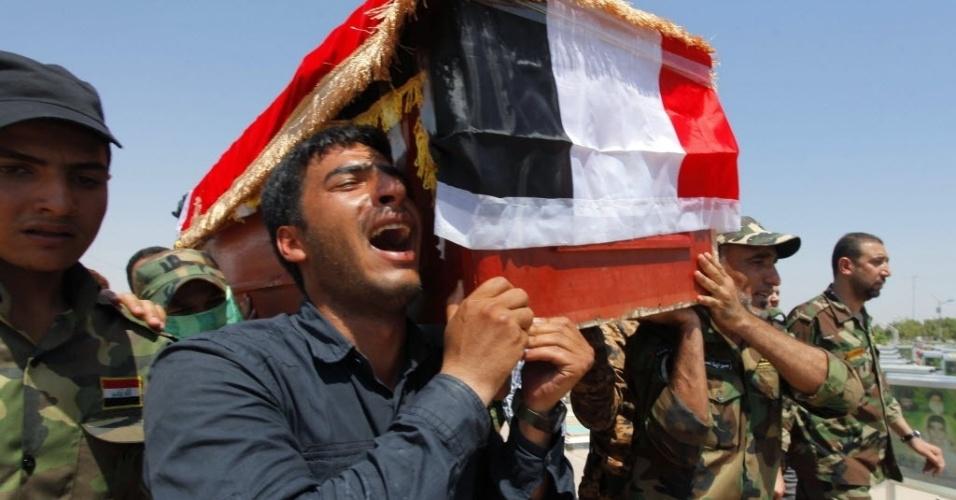 3.set.2014 - Homens carregam caixão de um dos voluntários xiitas da Brigada de Paz durante funeral em Najaf, ao sul de Bagdá. Os voluntários foram mortos quando um dispositivo explodiu perto da cidade de Amerli