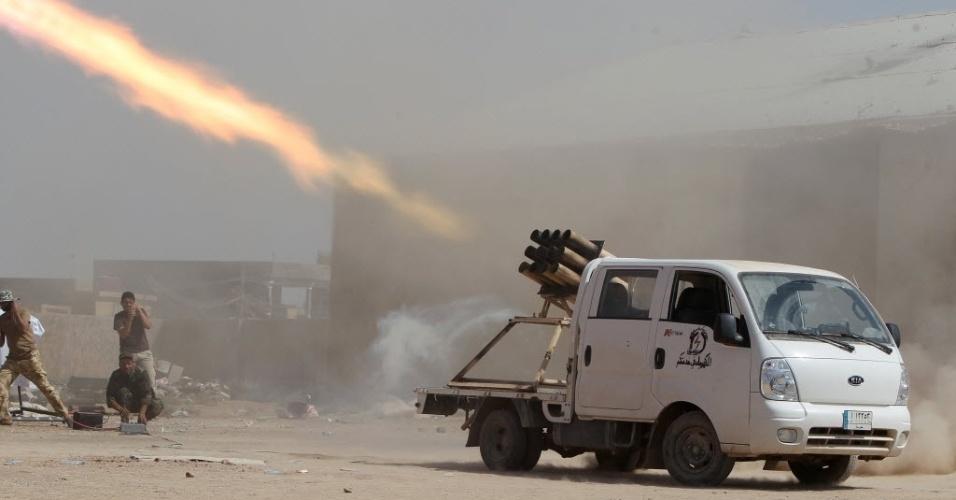3.set.2014 - Milicianos xiitas disparam um foguete contra integrantes do Estado Islâmico (EI) na vila Sayed Hassan, perto da cidade de Tikrit, no Iraque