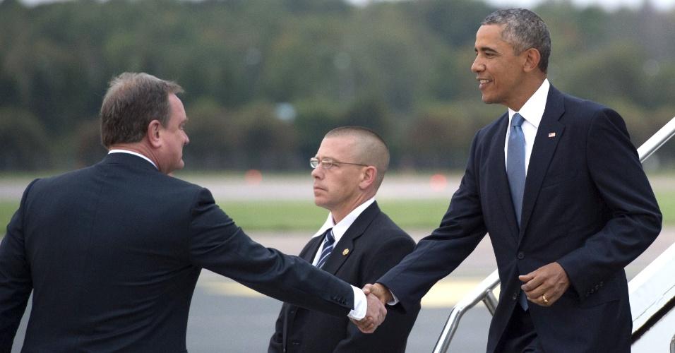3.set.2014 - O presidente norte-americano, Barack Obama, cumprimenta o chefe de protocolo do ministério de Relações Estrangeiras da Estônia, ao descer do Air Force One, o avião presidencial dos EUA, na chegada ao aeroporto de Tallinn