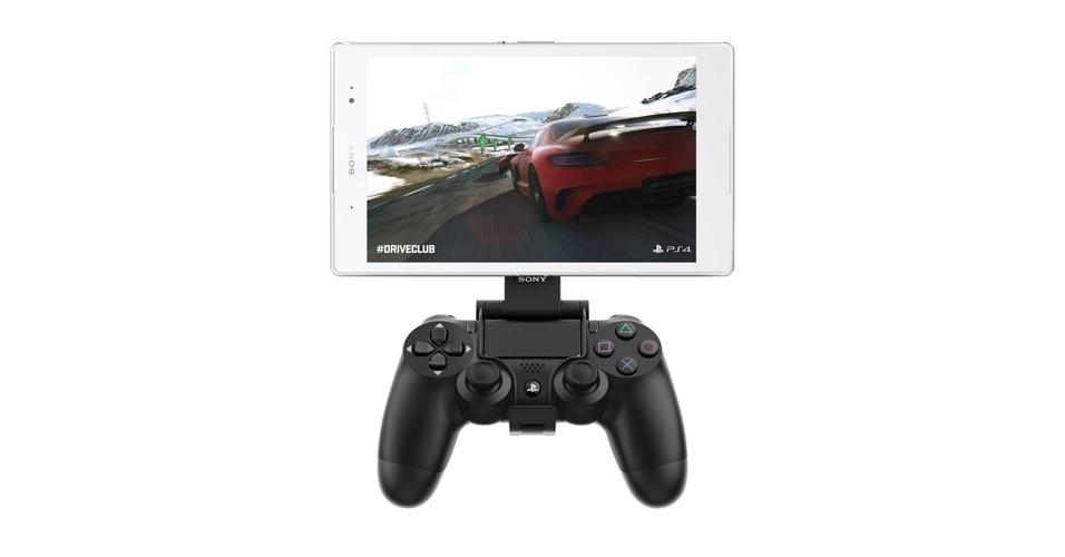 3.set.2014 - O Xperia Z3 e Z3 Compact ficam com ''cara'' de PSP (Playstation portátil usado) com o controle especial Dualshock 4 Wireless, que funciona emparelhado com o smartphone via rede Wi-Fi. Para melhorar o desempenho do jogo, a Sony recomenda o uso do GCM10 Game Control Mount, dispositivo que acopla o smartphone ao controle portátil do PS4. A novidade será vendida a partir de novembro deste ano