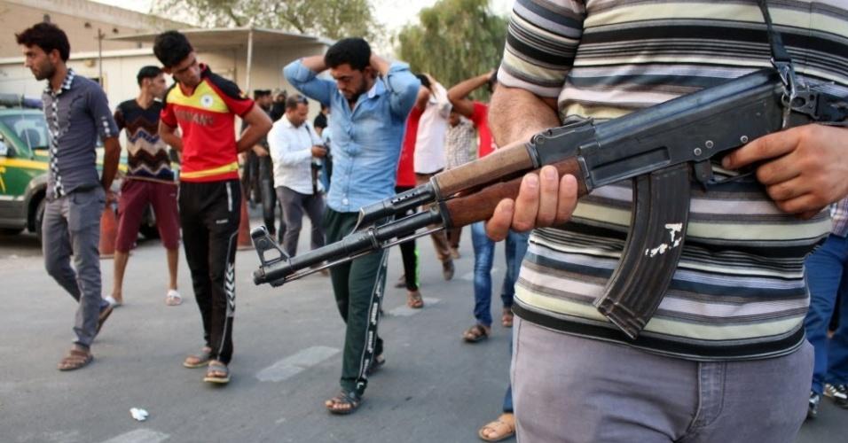 3.set.2014 - Apoiadores do partido islâmico Al Fadila realizam uma simulação de execução durante um protesto para pedir justiça para os membros das forças iraquianas, que foram executados pelo Estado Islâmico (EI)