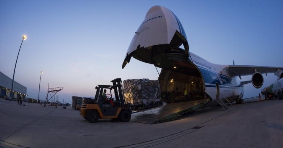 4.set.2014 - Avião é carregado com equipamento militar que será enviado para apoiar os curdos iraquianos na luta contra militantes do Estado islâmico (EI), no aeroporto de Leipzig/Halle, em Schkeuditz, na Alemanha