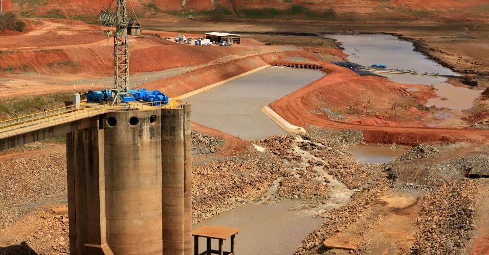 4.set.2014 - O nível da água da represa Jaguari-Jacareí, localizada na cidade de Joanópolis, interior de São Paulo, chegou a 10,6% da capacidade total. A represa compõe o Sistema Cantareira, que vive a pior crise hídrica de sua história . A forte chuva que atingiu a região não alterou alterou o nível dos reservatórios