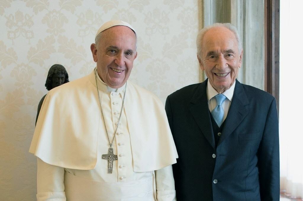 4.set.2014 - O papa Francisco encontrou nesta quinta-feira (4) o ex-presidente de Israel Shimon Peres, 91. O israelense concedeu uma entrevista à revista católica Família Cristã e pediu a criação de uma