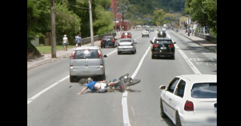 O Google Maps registrou um possível acidente entre uma moto e um carro no Brasil. A colisão teria ocorrido em Blumenau, SC. Não há informações sobre os envolvidos no incidente e se alguém ficou ferido