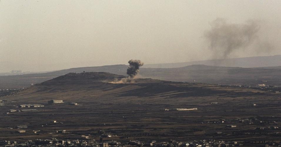 5.set.2014 - Explosão provoca fumaça em território sírio próximo a fronteira com Israel, durante os confrontos entre forças leais ao ditador Bashar Assad e os rebeldes sírios nas Colinas de Golã. Pelo menos três soldados sírios foram mortos por um ataque aéreo israelense contra um quartel na fronteira síria