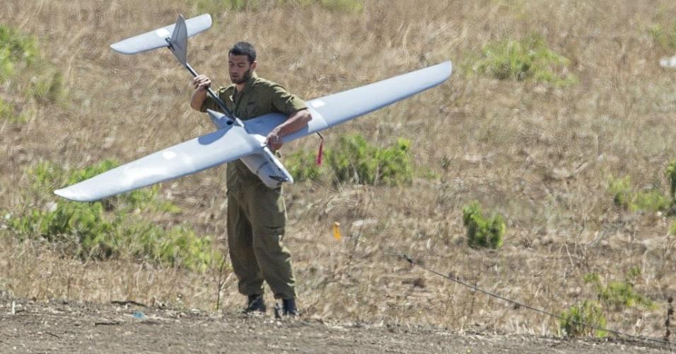 5.set.2014 - Soldado israelense segura drone usado para monitorar combates na Síria entra as forças do governo e rebeldes islâmicos, nas Colinas de Golã