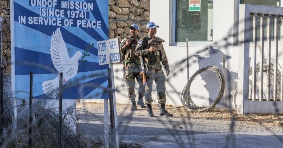 5.set.2014 - Soldados da ONU montam guarda na entrada da zona desmilitarizada, perto da passagem de fronteira em Quneitra, nas Colinas de Golã. Israel está monitorando as ações das tropas sírias e dos rebeldes islâmicos