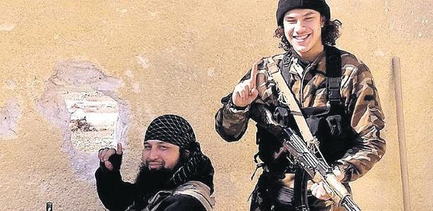 Filho de brasileira, Brian de Mulder (à direita), 21, é um dos 46 suspeitos que serão julgados por doutrinar jovens e recrutá-los para participar da guerra na Síria