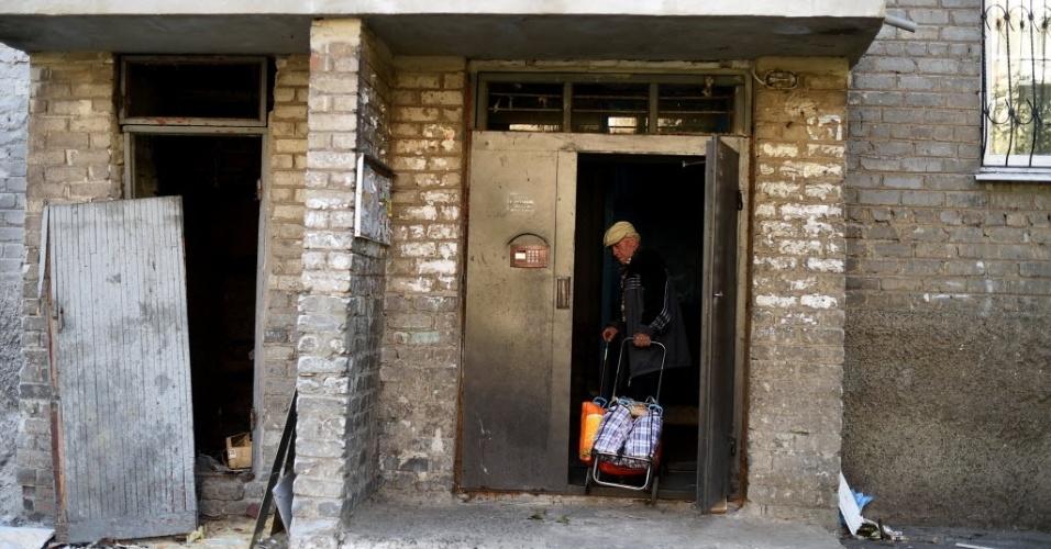 6.set.2014 - Homem volta para casa com compras em Yasinuvata, na periferia de Donetsk, Ucrânia. Uma trégua entre o governo do país e separatistas pró-Rússia suspendeu as ações militares na região