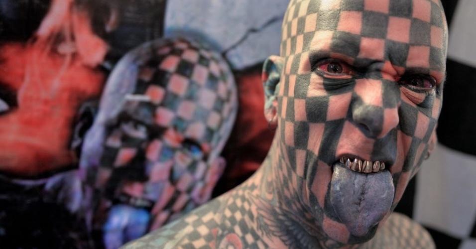 6.set.2014 - O americano Matt Gone, que diz ter 98% do corpo tatuado e é conhecido como tabuleiro de xadrez humano, é uma das atrações da primeira Convenção Internacional de Tatuagem e Modificações Corporais do Peru, em Lima