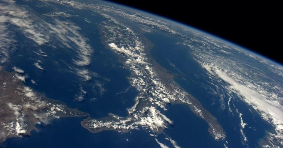 """8.set.2014 - """"A Itália é o mais fotogênico dos países, seja de dia ou de noite"""", postou o astronauta americano Reid Wiseman em sua conta no Twitter junto com esta foto, tirada da ISS (Estação Espacial Internacional, sigla em inglês). O astronauta integra a equipe da Missão 40 da ISS"""