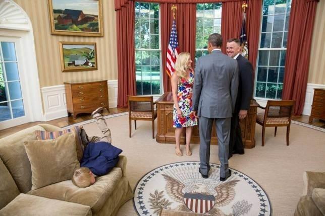 9.set.2014 - Garotinho cai de cara no sofá enquanto seus pais visitam o presidente dos Estados Unidos, Barack Obama, no Salão Oval da Casa Branca