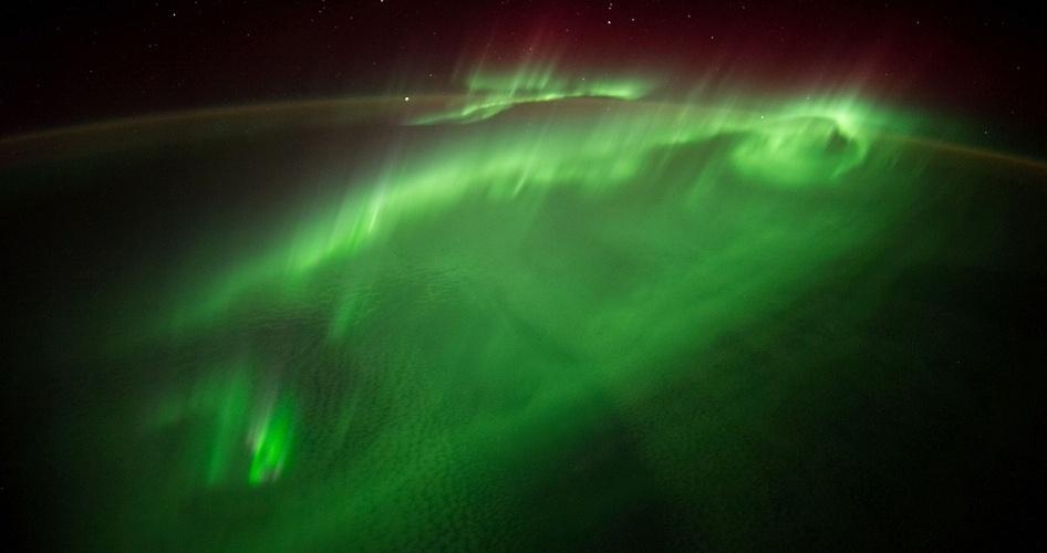 """9.set.2014 - O astronauta da ESA (Agência Espacial Europeia) Alexander Gerst publicou esta foto tirada da ISS (Estação Espacial Internacional) no dia 29 de agosto, escrevendo, """"As palavras não podem descrever a sensação de voar através de uma aurora. Eu não sei nem por onde começo ..."""". Os tripulantes fotografam a Terra do espaço desde as primeiras missões 1961. Nesta terça-feira, o cosmonauta Max Suraev assume o controle da missão, enquanto Steve Swanson, comandante da expedição 40, e mais dois astronautas retornarão para Terra nesta quarta-feira (10). Suraev conduzirá a expedição 41 e ficará em órbita até novembro, com Gerst e o astronauta da Nasa Reid Wiseman"""