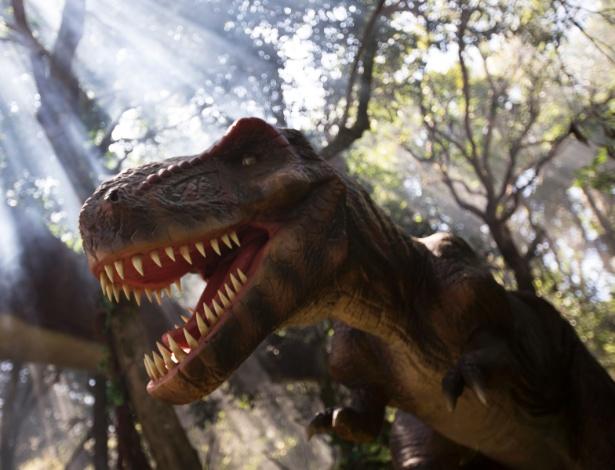 """Réplica animatrônica de Tyrannossaurus rex que faz parte da exposição """"O Mundo dos Dinossauros"""", no Zoológico de São Paulo"""