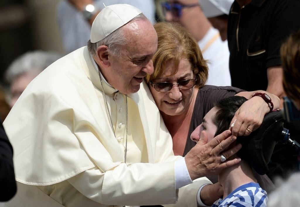 10.set.2014 - Papa Francisco abençoa fieis durante audiência geral na praça São Pedro, no Vaticano