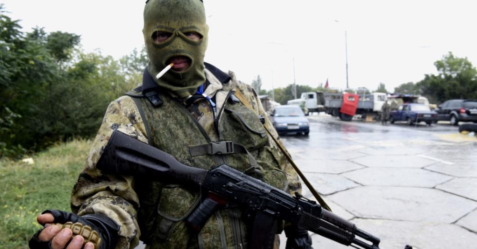 10.set.2014 - Soldado separatista segura granada enquanto monta guarda em ponto de verificação na estrada do aeroporto de Donetsk, leste da Ucrânia, nesta quarta-feira (10). O presidente ucraniano, Petro Poroshenko, disse na quarta que a maioria das tropas russas haviam se retirado do país, em um movimento que ele disse afirma ter impulsionado as perspetivas de paz na região