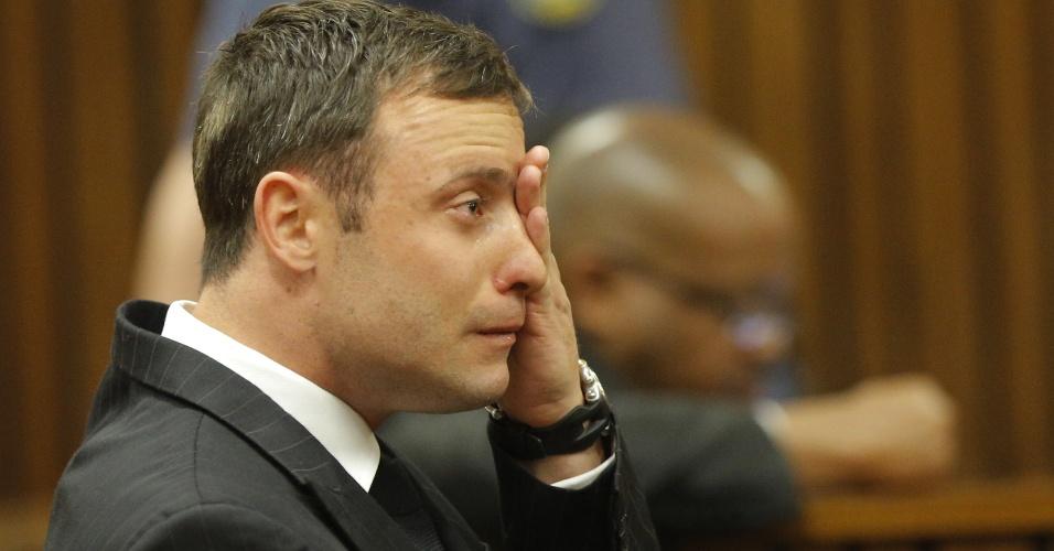11.set.2014 - O atleta paraolímpico sul-africano Oscar Pistorius chora no banco dos réus enquanto é julgado em Pretória por suspeita de assassinar sua namorada, Reeva Steenkamp