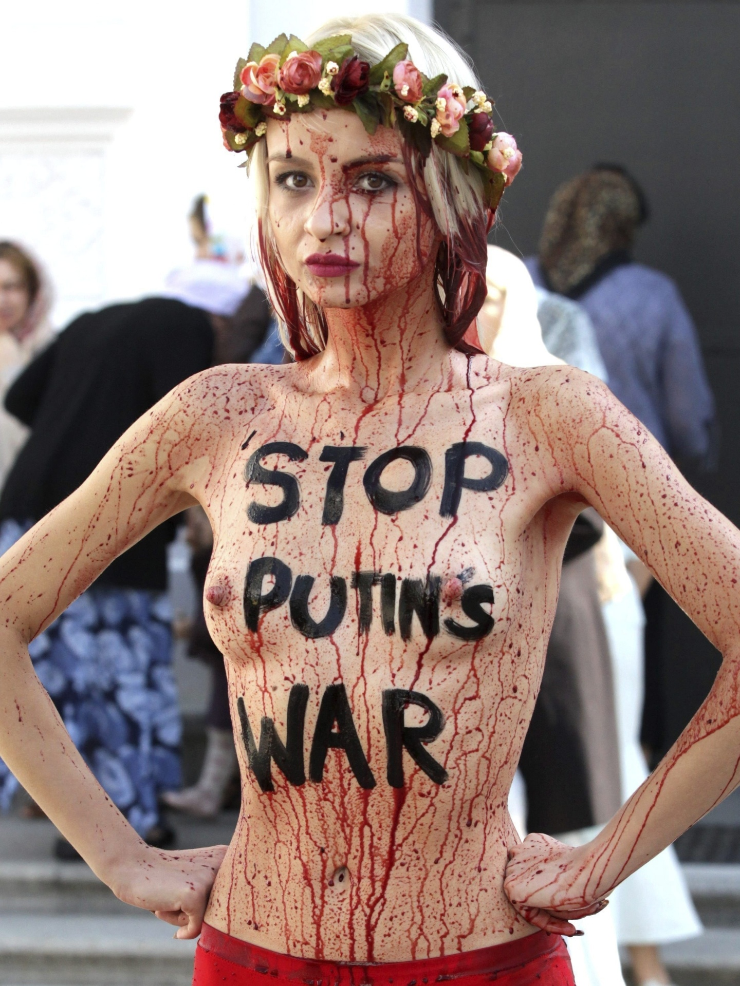 11.set.2014 - Ativista do grupo Femen se banha com sangue falso durante protesto em Kiev, na Ucrânia, contra a intervenção da Rússia no país. Em seu corpo está escrito ?Pare a guerra de Putin?, fazendo menção ao presidente russo, Vladimir Putin