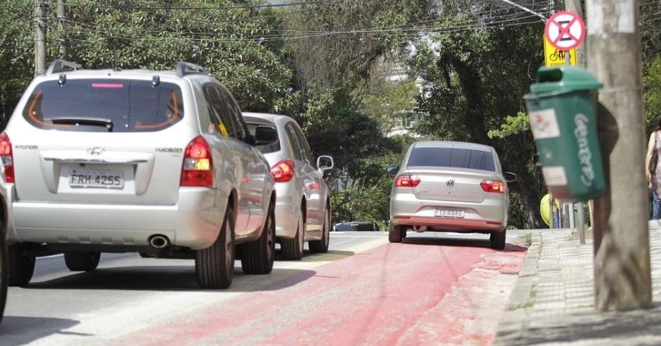 11.set.2014 - Carro passa por trecho da ciclovia Pacaembu na rua Piauí, em Higienópolis, zona central de São Paulo. Em vários trechos, carros invadem a ciclovia em conversões ou para acessar garagens