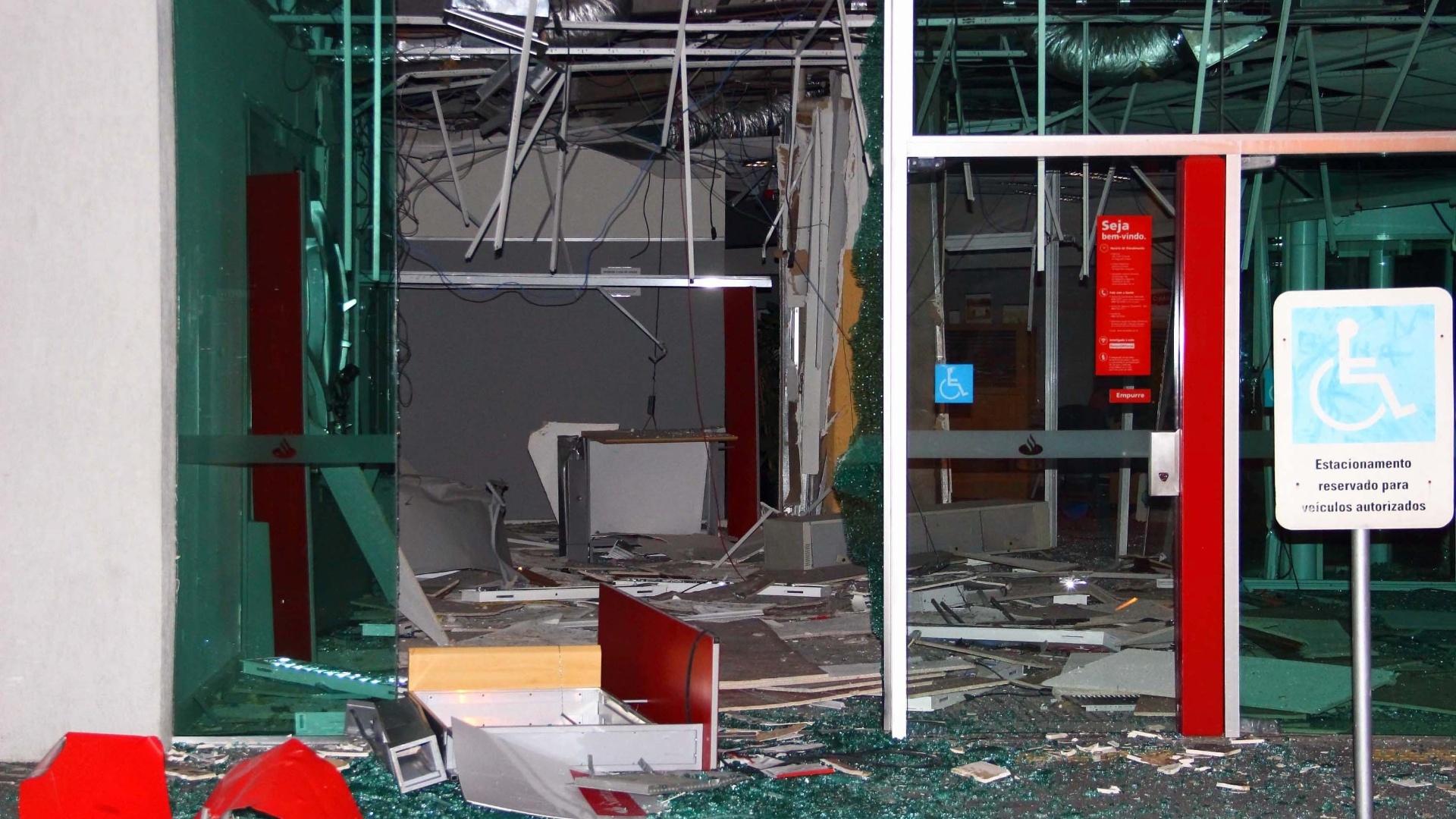 12.set.2014 - Quatro homens armados entraram em uma agência bancária na Vila Anastácio, em São Paulo, na madrugada desta sexta-feira (12), e explodiram caixas eletrônicos. Moradores da região avisaram a polícia, mas os homens conseguiram fugir