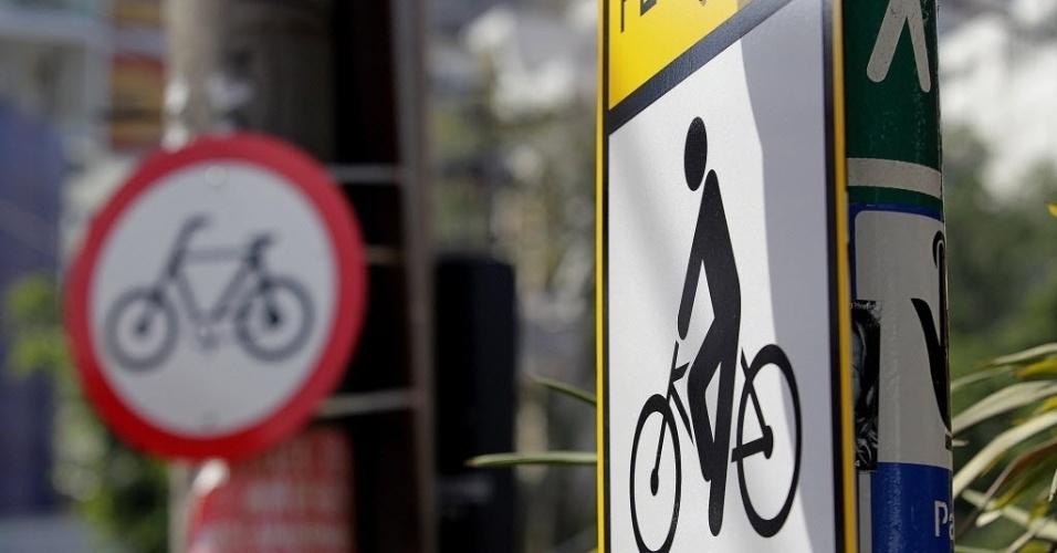11.set.2014 - Sinalização da ciclovia Pacaembu, na rua Armando Penteado, no bairro de Higienópolis, na zona central de São Paulo, informa sobre a instalação da ciclovia inaugurada no dia 13 de setembro