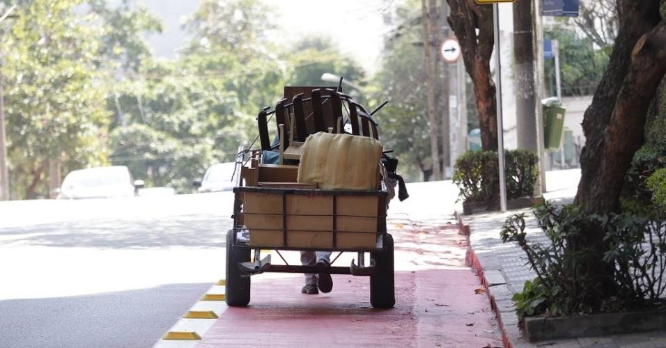 11.set.2014 - Uma carroça segue pela ciclovia Pacaembu na rua Piauí, em Higienópolis, zona central de São Paulo. Pedestres, carros, motos e carroças podem ser vistos invadindo a faixa destinada para bicicletas