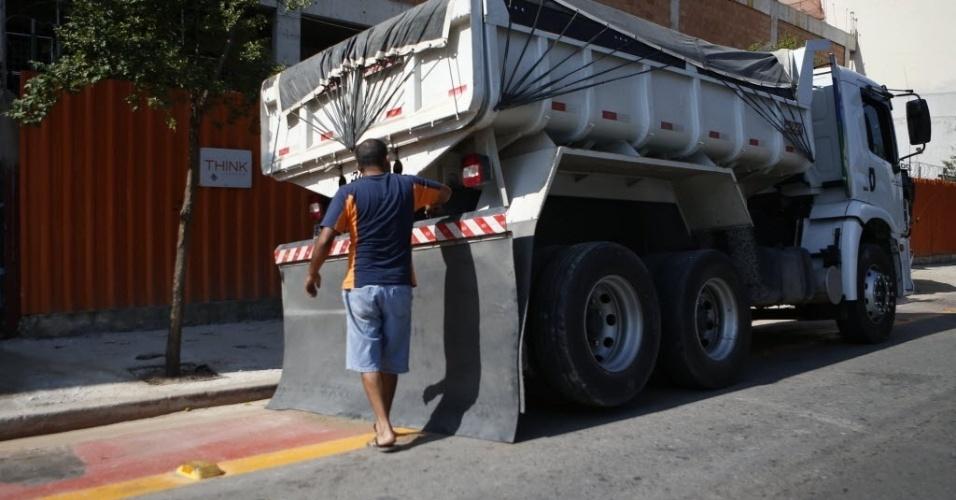 12.set.2014 - Caminhão para na ciclovia da rua Bresser, na região leste de São Paulo, um dia antes da inauguração do novo trecho da ciclovia em São Paulo
