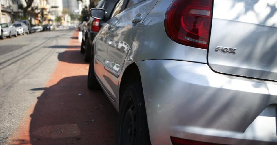 12.set.2014 - Carros parado na ciclovia da rua Cruzeiro, região central de São Paulo, no inicio da tarde desta sexta-feira