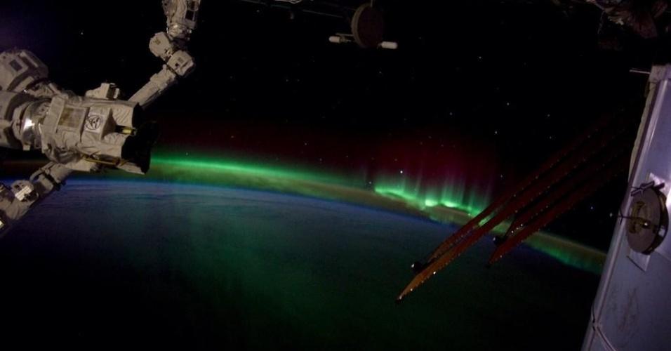 12.set.2014 - Da ISS (Agência Espacial Internacional, em sigla em inglês), o astronauta norte-americano Reid Wiseman postou na noite desta sexta-feira (12) na sua conta do Twitter (@astro_reid) uma foto da aurora boreal na atmosfera terrestre. Na mensagem, ele diz ?Linda #aurora está voltando. Um retorno bem-vindo, de fato!?, em tradução livre