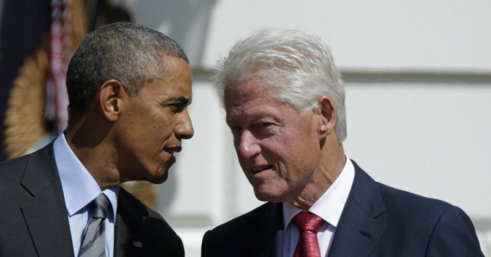 12.set.2014 - O presidente americano, Barack Obama, conversa com o ex-presidente Bill Clinton em uma cerimônia na Casa Branca, em Washington (EUA)