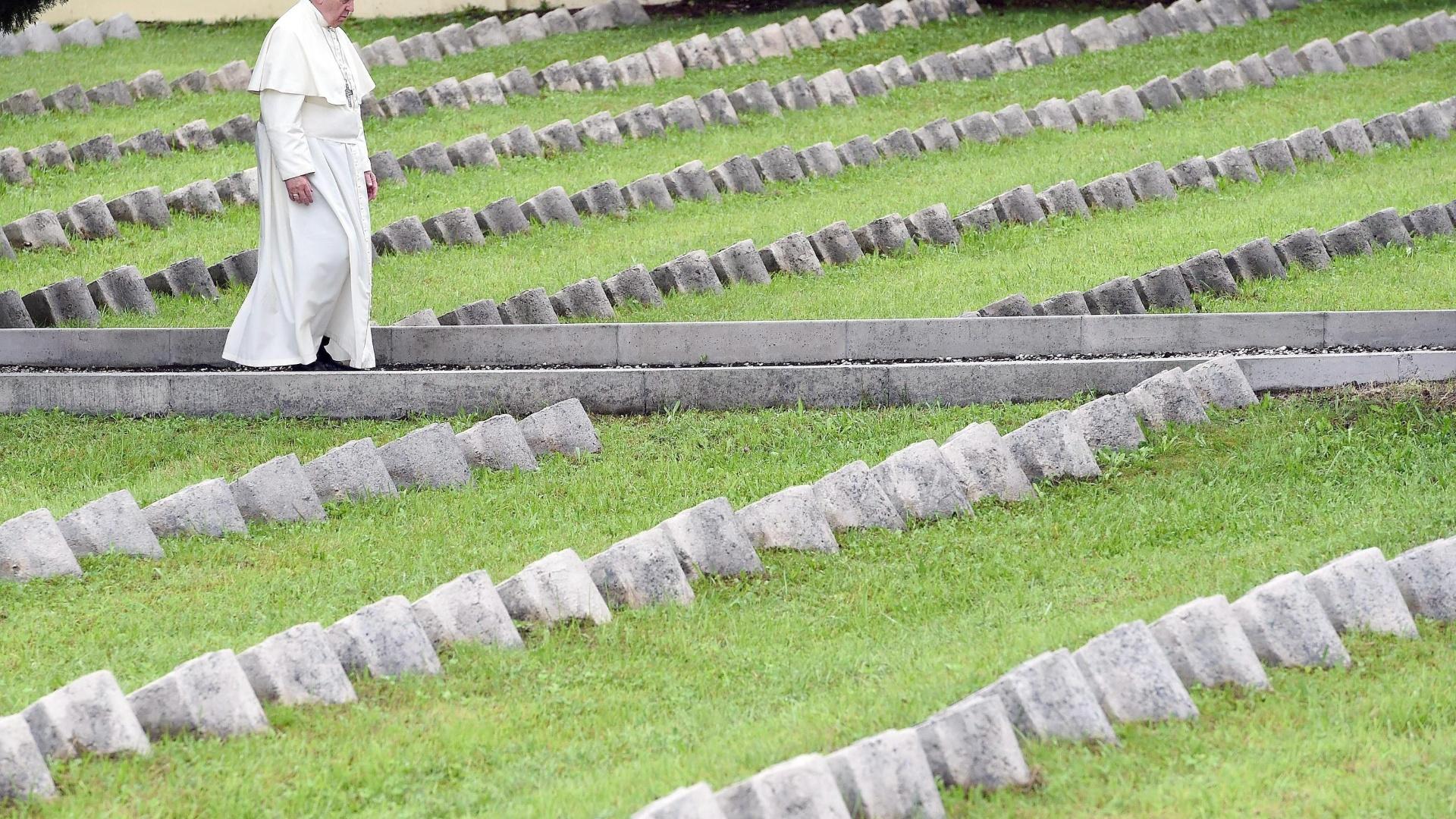 13.set.2014 - O papa Francisco visita o cemitério austro-húngaro em Fogliano Redipuglia, no norte da Itália, onde jazem soldados que morreram no front durante a Primeira Guerra Mundial (1914-1918)